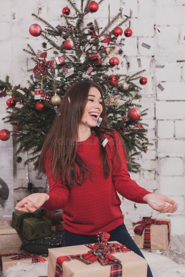 Neues Jahr des Mädchens mit Geschenken in den Händen stockbilder