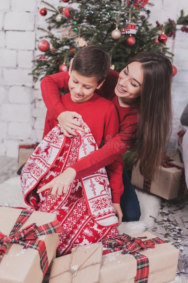Neues Jahr des Mädchens und des Kindes mit Geschenken in den Händen lizenzfreie stockfotos