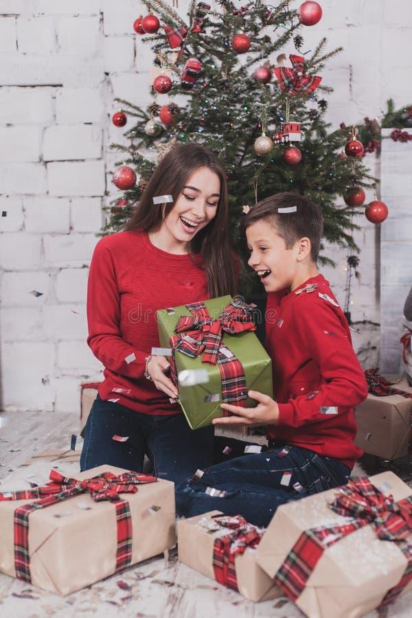 Neues Jahr des Mädchens und des Kindes mit Geschenken in den Händen stockfotos