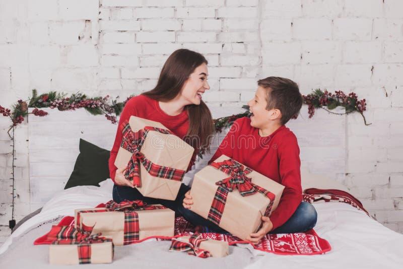 Neues Jahr des Mädchens und des Kindes mit Geschenken in den Händen stockfoto