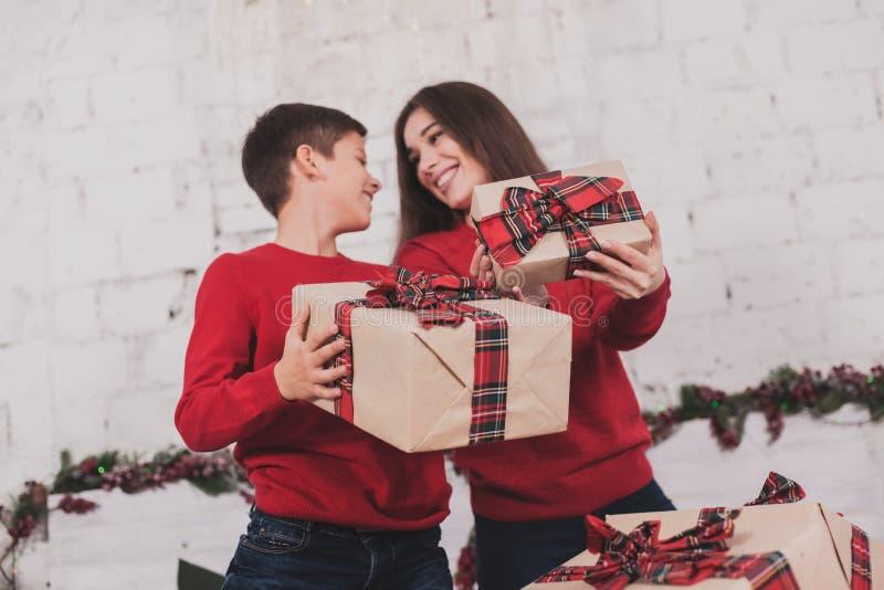 Neues Jahr des Mädchens und des Kindes mit Geschenken in den Händen stockfotografie