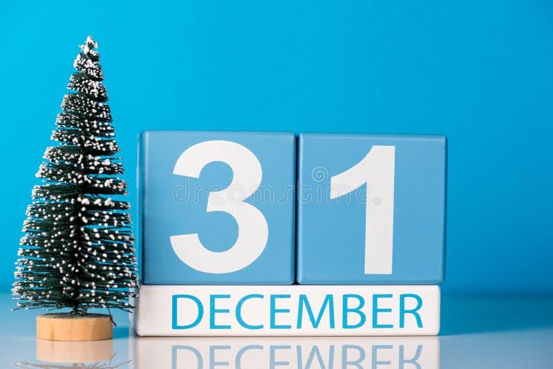 Neues Jahr 31. Dezember Tag 31 von Dezember-Monat, Kalender mit wenigem Weihnachtsbaum auf blauem Hintergrund Blume im Schnee lizenzfreie stockfotografie