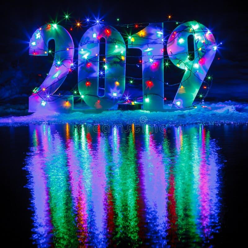 Neues Jahr 2019 Die Zahl wird durch eine Girlande belichtet stockbilder