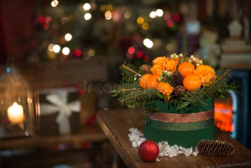 Neues Jahr ein Blumenstrauß von Blumen und von Tangerinen stockbilder