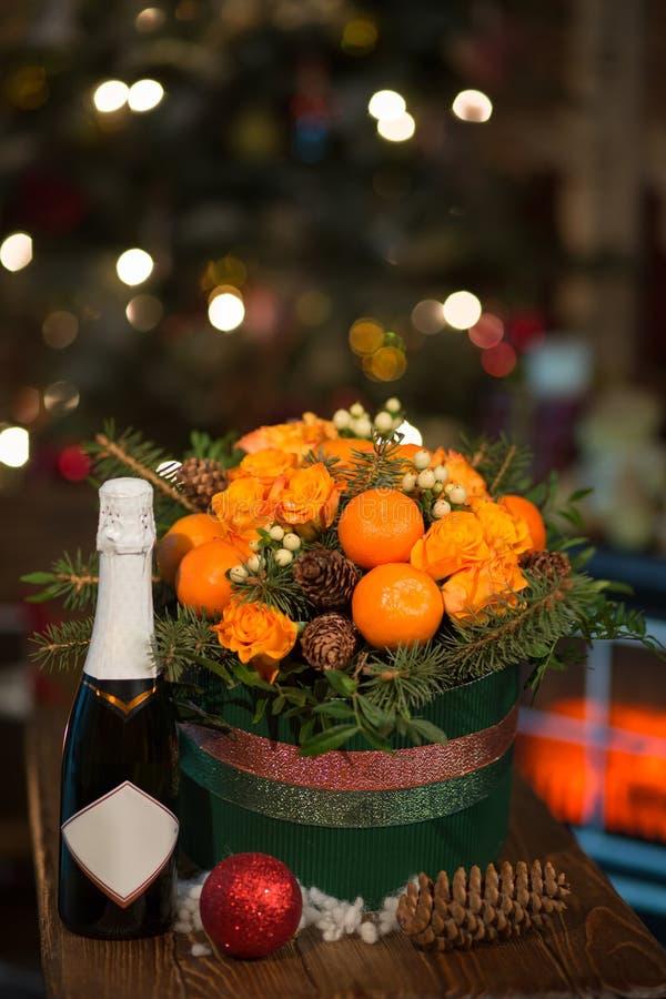 Neues Jahr ein Blumenstrauß von Blumen und von Tangerinen lizenzfreies stockfoto
