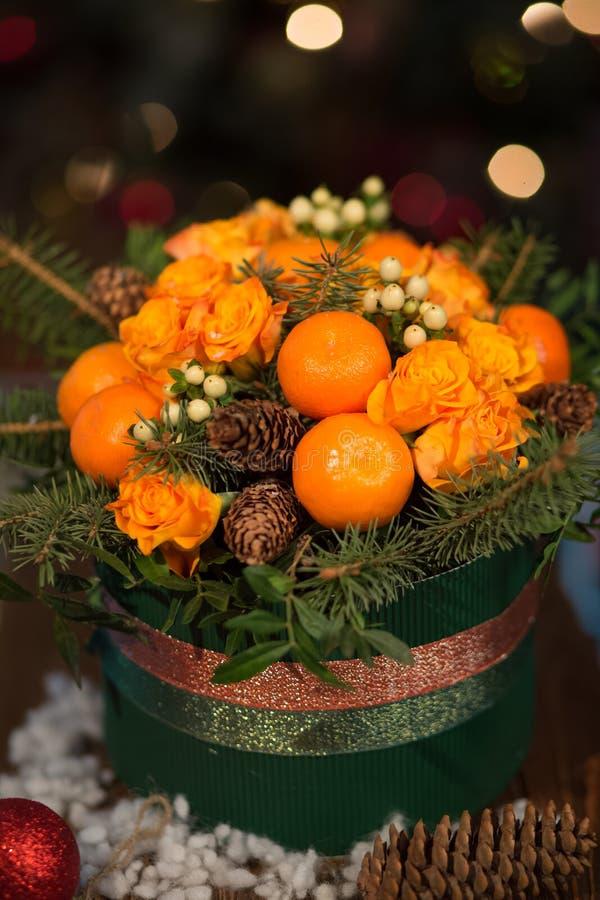 Neues Jahr ein Blumenstrauß von Blumen und von Tangerinen lizenzfreie stockbilder