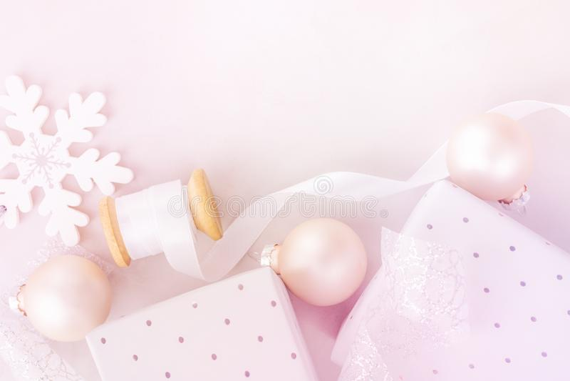 Neues Jahr-Fahnen-Plakat-Hintergrund der weißen Weihnacht Schnee blättert Flitter-Geschenkboxspule mit Seidenband ab Warme Pastel lizenzfreie stockbilder