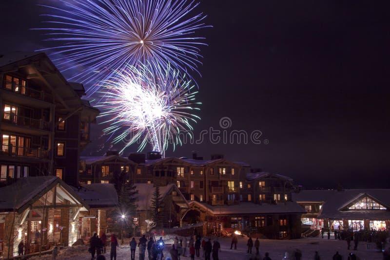 Neues Jahr-Feuerwerke auf dem Schnee stockfotos