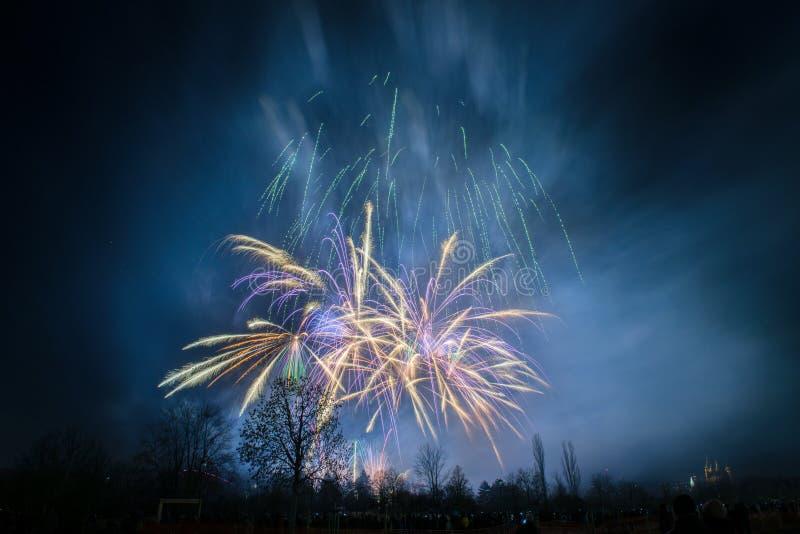 Neues Jahr 2018, Feuerwerke in Prag, Tschechische Republik stockbild