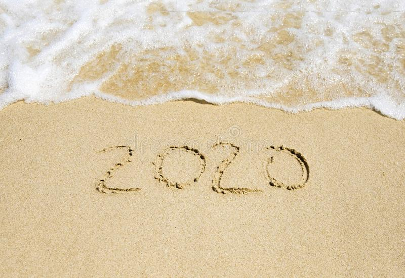 Neues Jahr 2020 geschrieben auf den Strandsand stockfoto