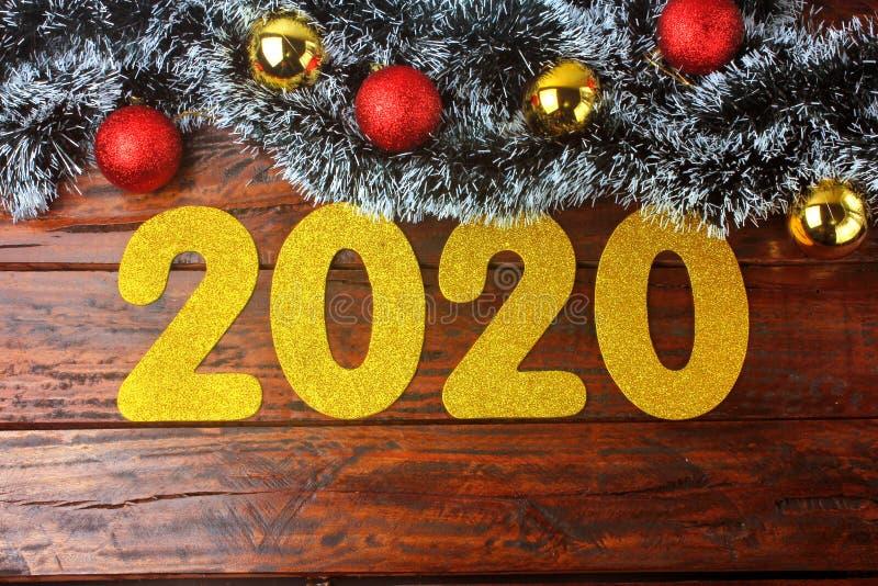 2020 neues Jahr, goldene Zahlen auf aufw?ndigem rustikalem Holztisch in der festlichen Feier lizenzfreies stockbild