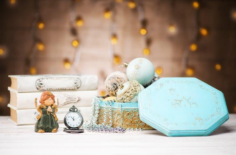Neues Jahr-Karte mit Weihnachtsbällen und Dekorationen und Weinlese-Taschen-Uhr stockbilder