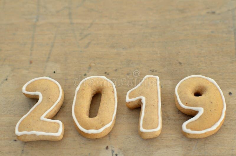 Neues Jahr 2019 Lebkuchen auf einem hölzernen Brett innere Grüße des neuen Jahres lizenzfreies stockbild