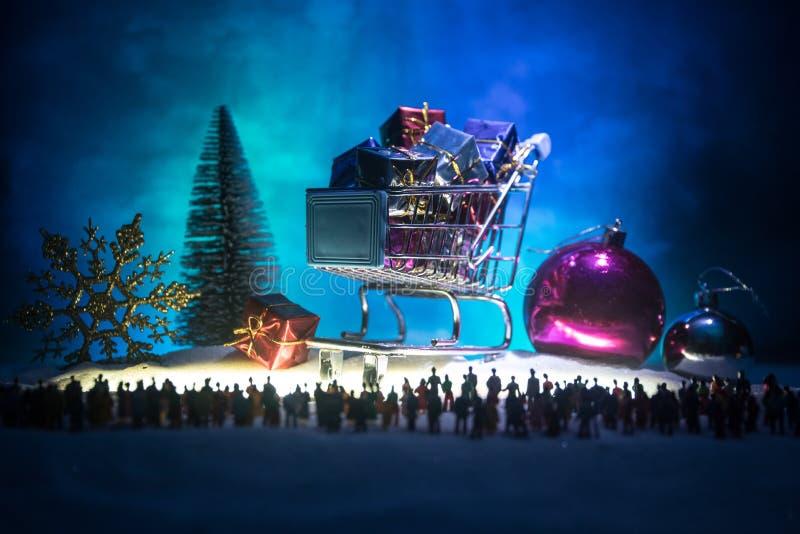 Neues Jahr oder Weihnachtsurlaubseinkäufekonzept Speichern Sie Förderungen Schattenbild einer großen Menge der Leute, die an eine stockfotografie
