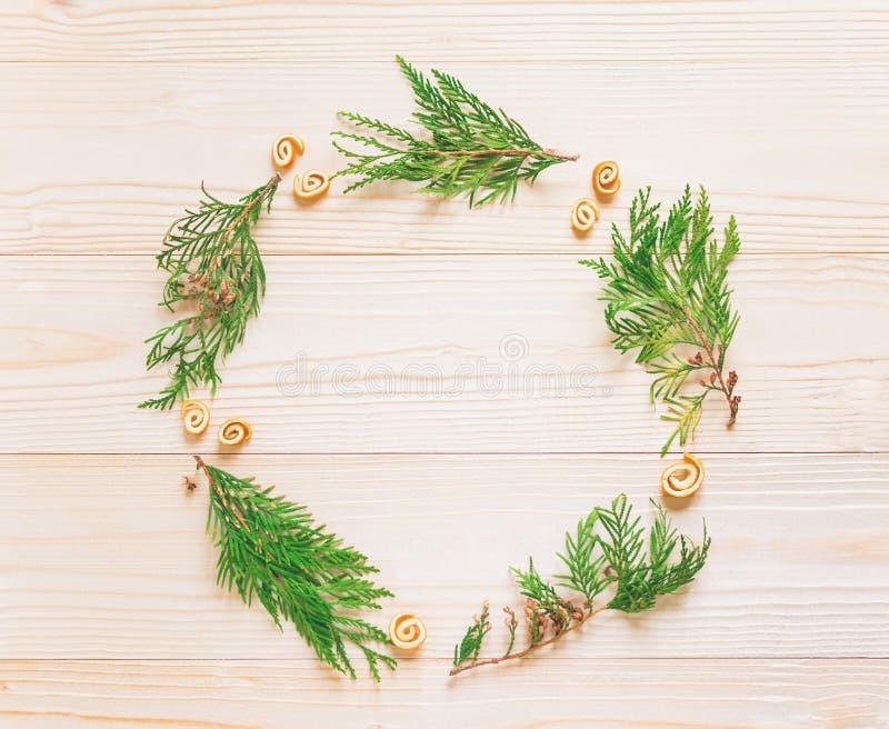 Neues Jahr `s Aufbau Feld für Text mit Weihnachtsbaum und Kegel auf einem hölzernen weißen Hintergrund Neue Jahre Rabatte Christm stockfoto
