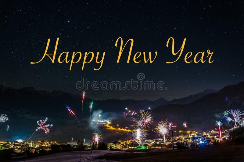 Neues Jahr ` s Eve Feuerwerke in Fiss in Österreich mit dem Text glücklich stockfotos