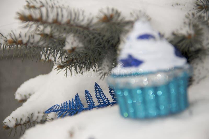 Neues Jahr ` s Spielzeug auf einem Weihnachtsbaum mit Schnee lizenzfreies stockbild