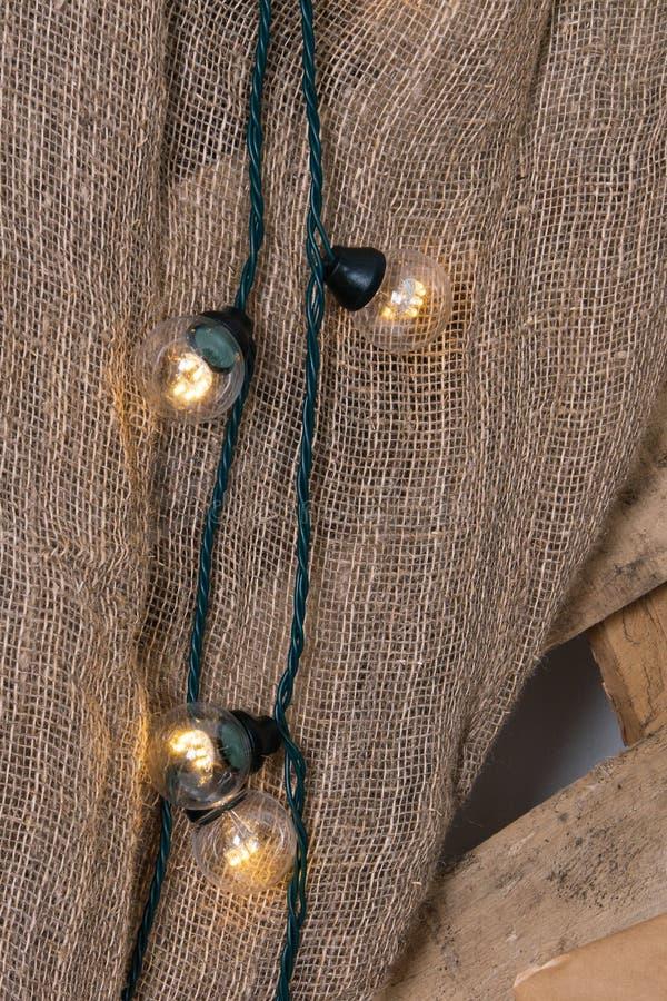 Neues Jahr ` s Standort im Studio mit einem Rotwild, verziert mit einem Weihnachtsbaum, Geschenke, ein Korb von Kegeln stockfotografie