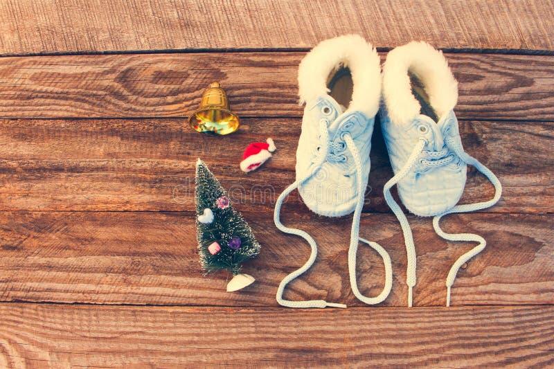 2017 neues Jahr schriftlich Spitzee von Kind-` s Schuhen, Weihnachtsdekorationen stockfotografie