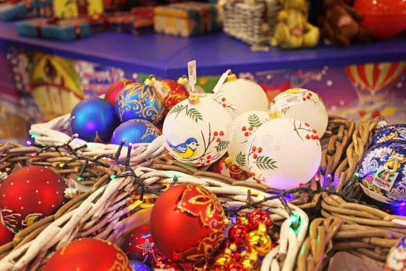 Neues Jahr spielt für Verkauf auf Weihnachtsmarkt lizenzfreie stockbilder