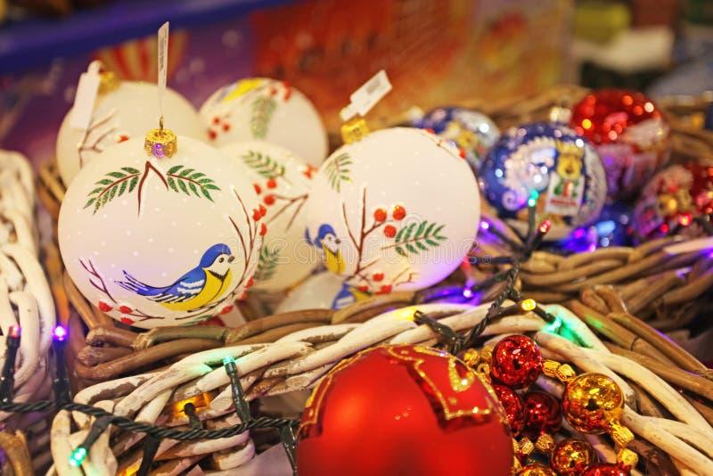 Neues Jahr spielt für Verkauf auf Weihnachtsmarkt lizenzfreies stockfoto
