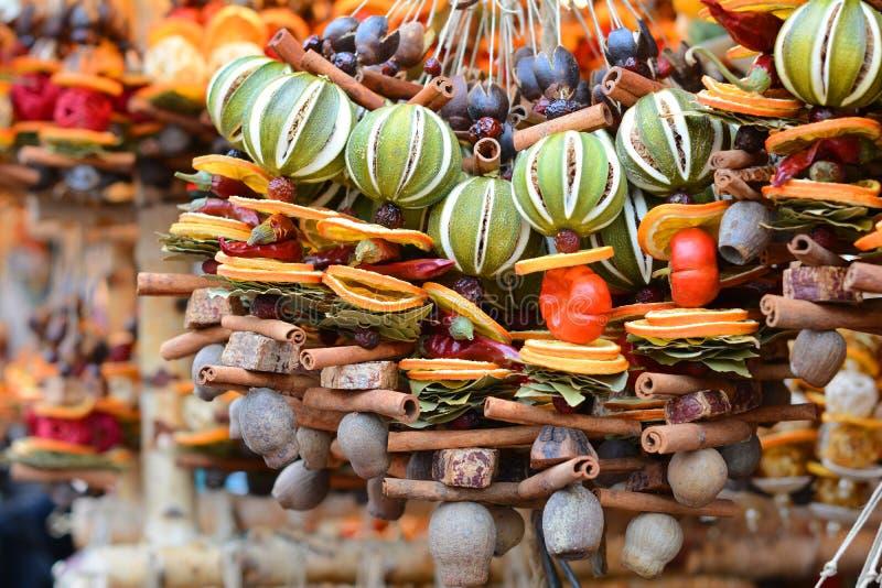 Neues Jahr und Weihnachtsmarkt Trockenfrüchte, Gewürze, Dekorationen riechend stockbild