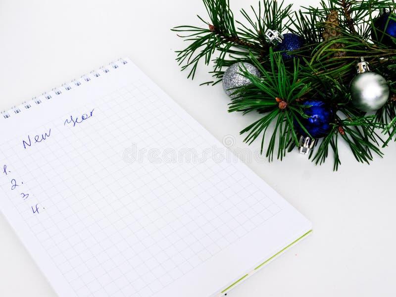 Neues Jahr, Weihnachtsbälle, Kiefernniederlassungen und ein Notizbuch stockbilder