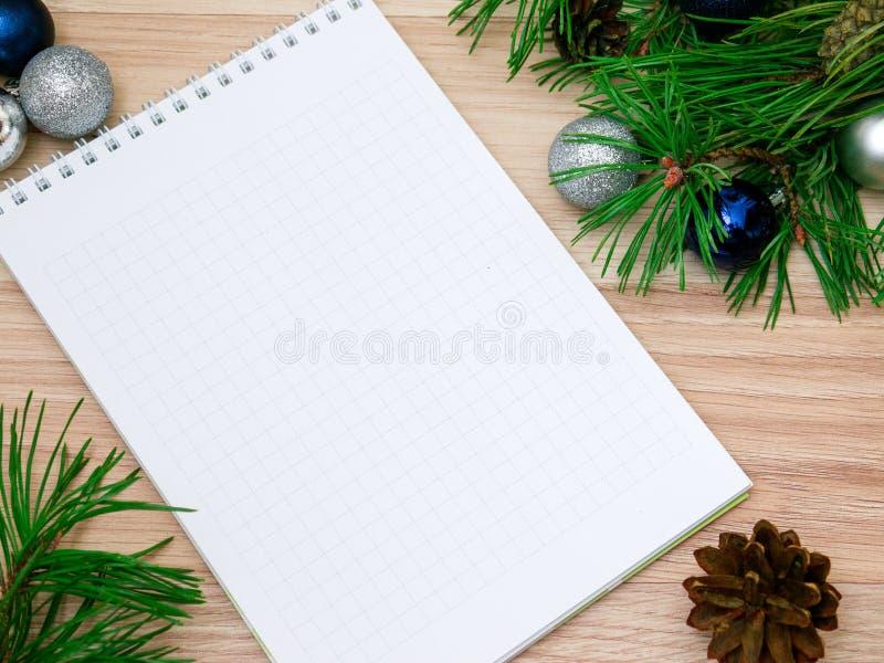 Neues Jahr, Weihnachtsbälle, Kiefernniederlassungen und ein Notizbuch stockfotos