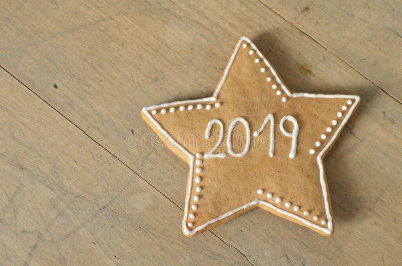 Neues Jahr 2019 Zeichen auf Lebkuchen auf einem hölzernen Brett Stern Grüße des neuen Jahres Passend als Hintergrund stockfoto