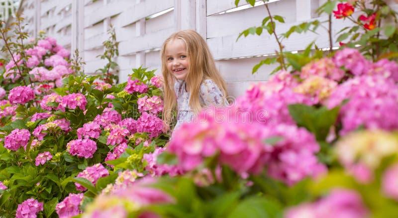Neues Leben-Konzept Frühlingsfeiertag Sommer Mutter- oder Frauentag Der Tag der Kinder Kleines Baby Wenig Mädchen am Blühen lizenzfreie stockbilder