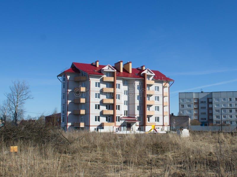 Neues mehrstöckiges Wohngebäude lizenzfreie stockfotografie