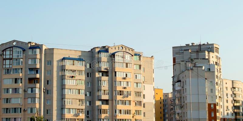 Neues mehrstöckiges, Ziegelsteinhaus im Stadtviertel stockbilder