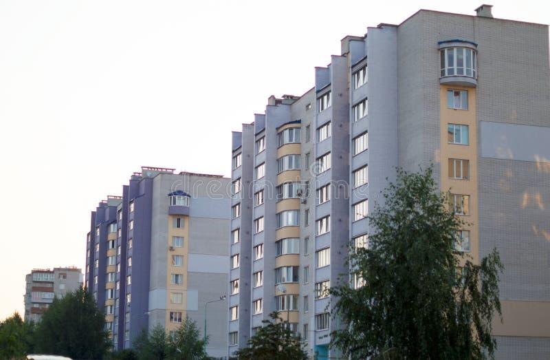 Neues mehrstöckiges, Ziegelsteinhaus im Stadtviertel stockbild