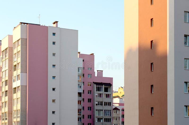 Neues mehrstöckiges, Ziegelsteinhaus im Stadtviertel stockfotografie