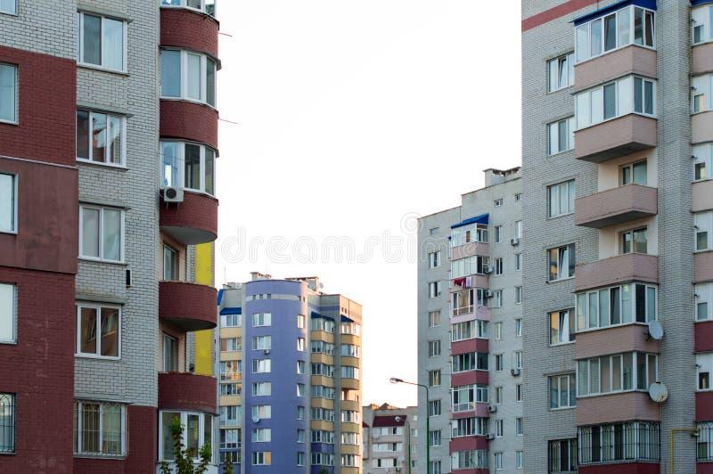 Neues mehrstöckiges, Ziegelsteinhaus im Stadtviertel lizenzfreies stockbild