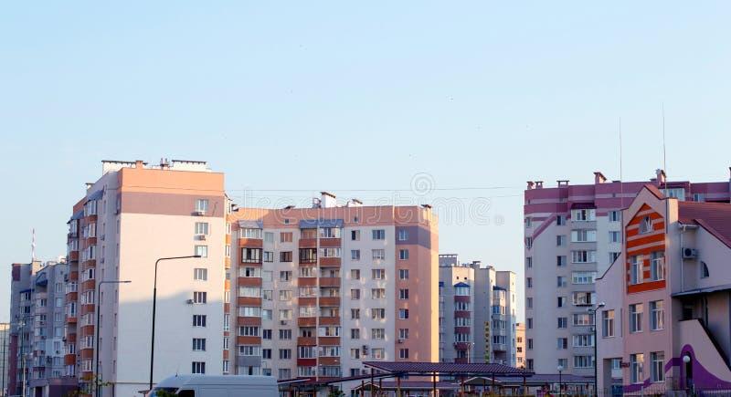 Neues mehrstöckiges, Ziegelsteinhaus im Stadtviertel lizenzfreie stockfotografie