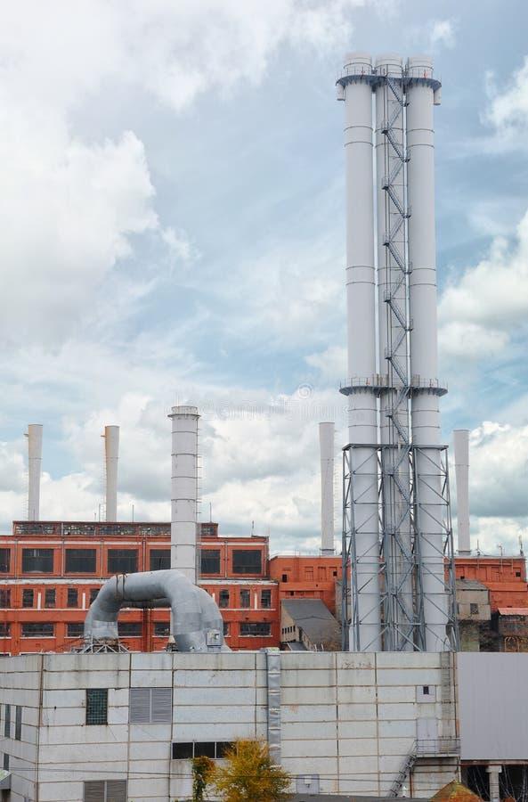 Neues metallisches Rohrgas-Kesselhaus auf blauem Himmel des Hintergrundes das Konzept des Fortschritts in der Energiewirtschaft E stockbilder