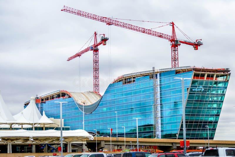 Neues modernes Glashotel im Bau an Durchmesser stockfotos