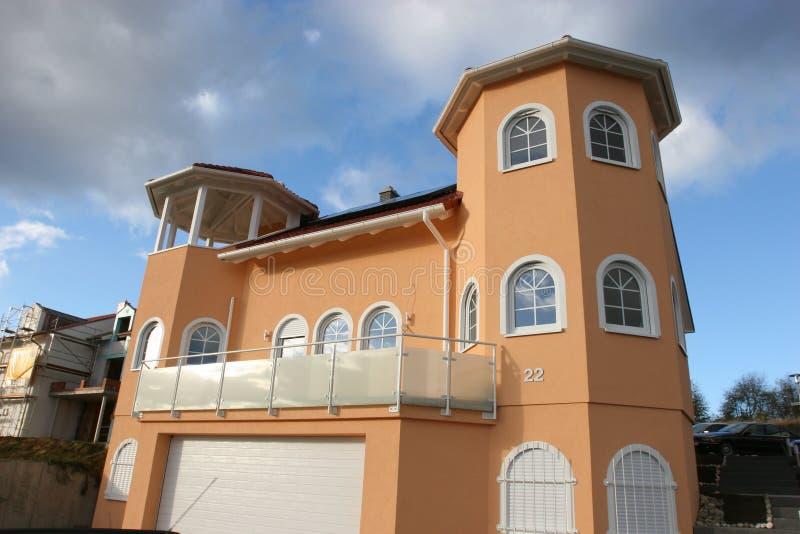 Neues modernes haus stockfoto bild von dach oval orange for Modernes haus dach