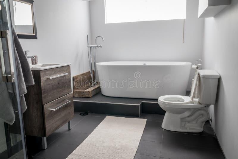 Neues modernes Hausbadezimmer stockfotografie