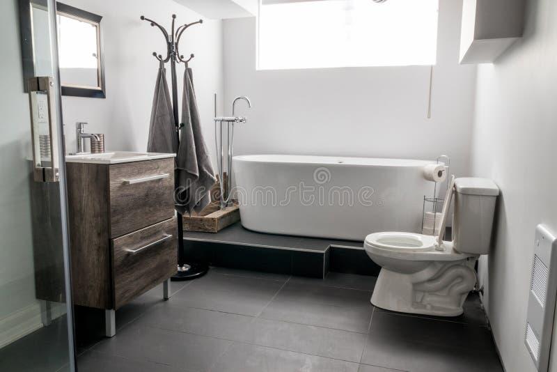 Neues modernes Hausbadezimmer lizenzfreie stockbilder