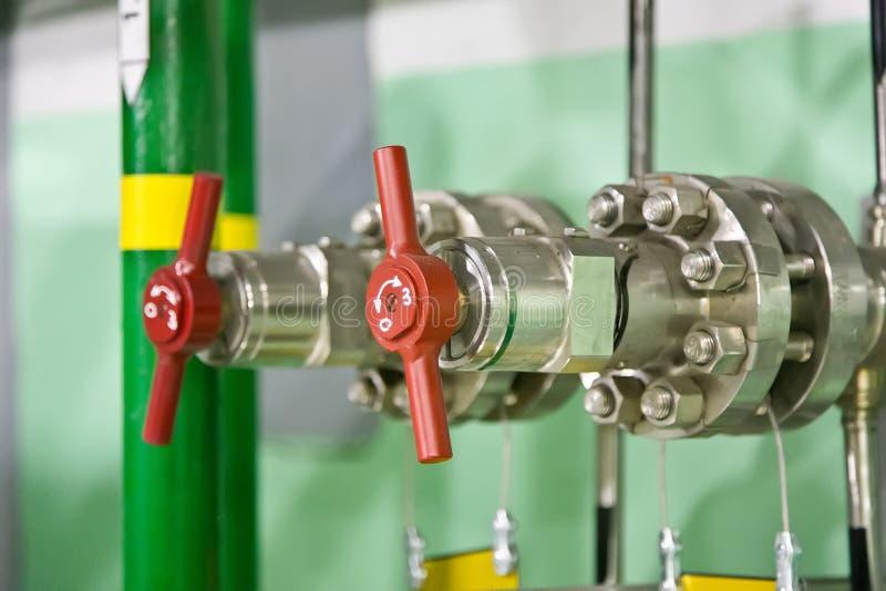Neues modernes Industriegasventil auf dem Flansch lizenzfreie stockbilder