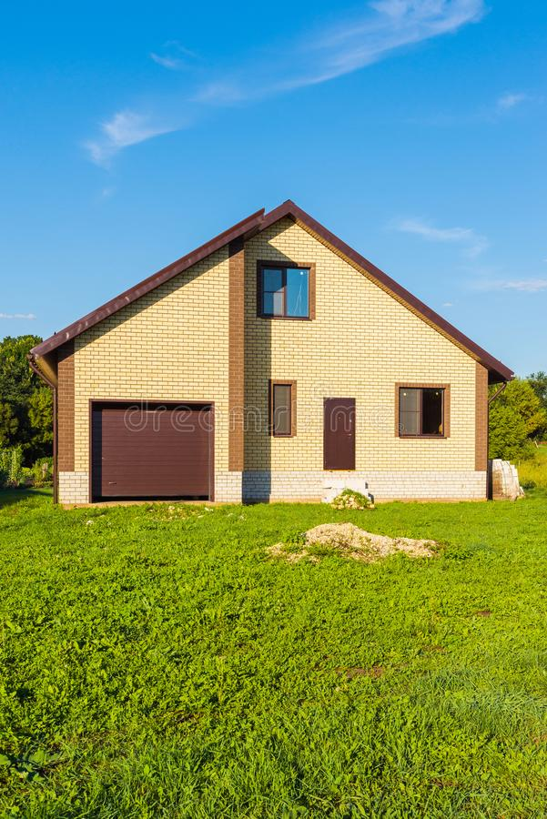 Neues modernes Privathaus mit Garage lizenzfreie stockbilder