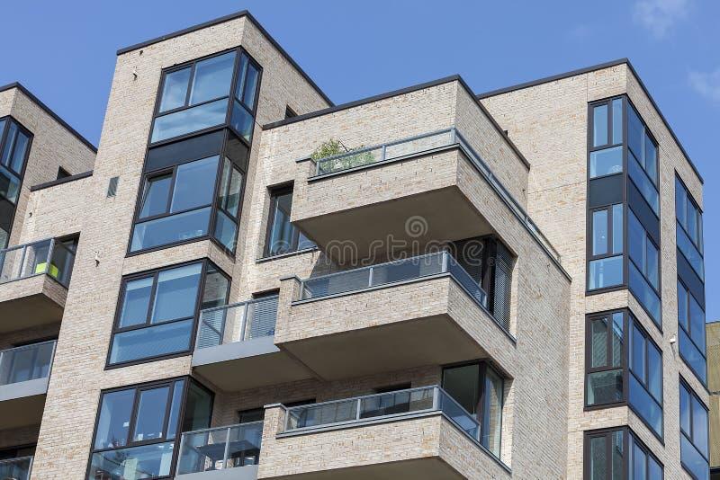 Neues modernes Wohnungshaus stockfoto