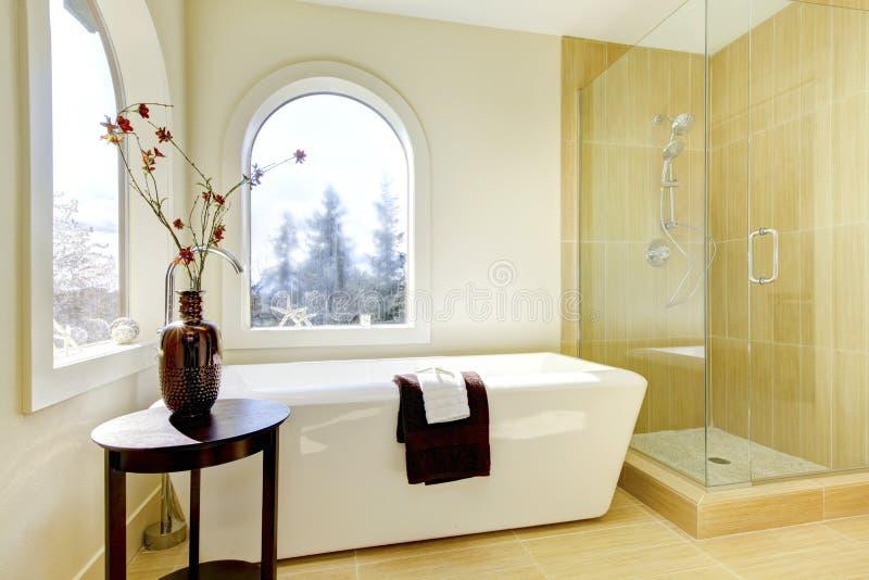 Neues natürliches klassisches Luxuxbadezimmer. lizenzfreie stockbilder