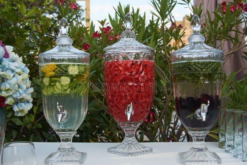 Neues Obst- und Gemüse Getränk in einem Glaspitcher mit Hahn, Nahaufnahme stockfoto
