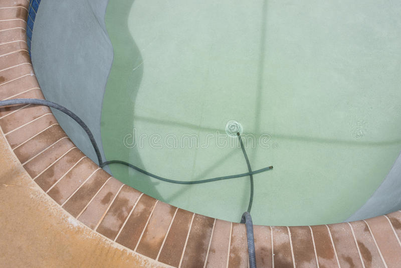 Neues Pool, das mit Wasser füllt stockbild