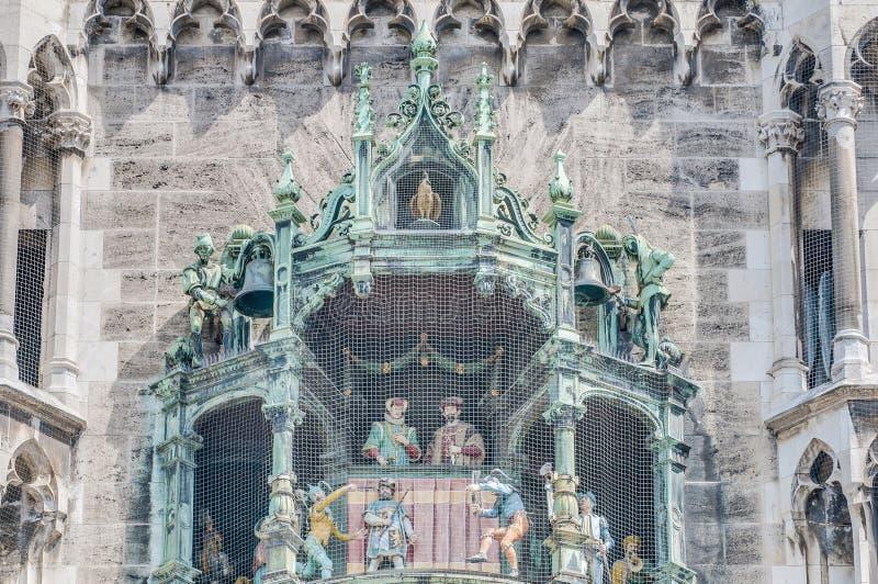 Neues Rathaus carillion i Munich, Tyskland royaltyfria bilder