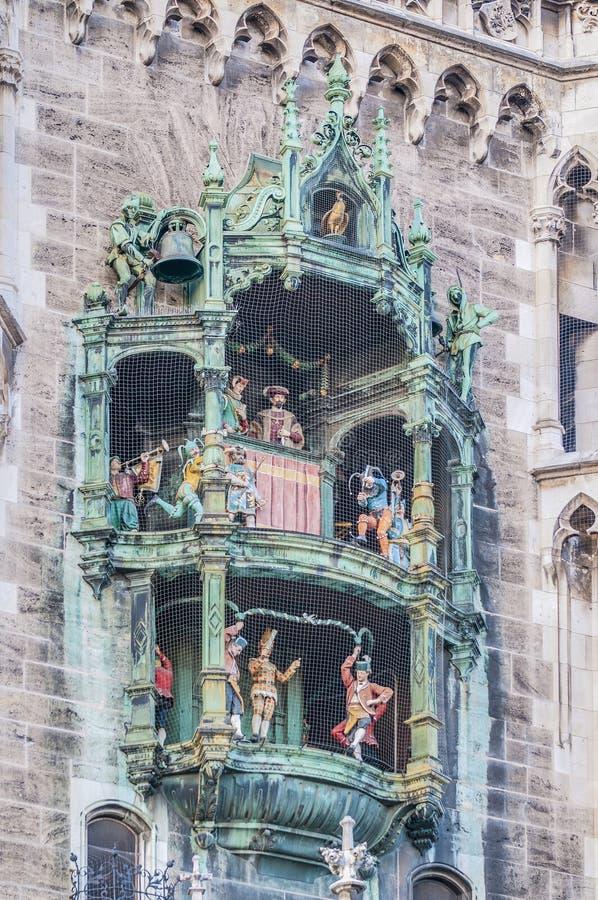 Neues Rathaus carillion i Munich, Tyskland royaltyfria foton