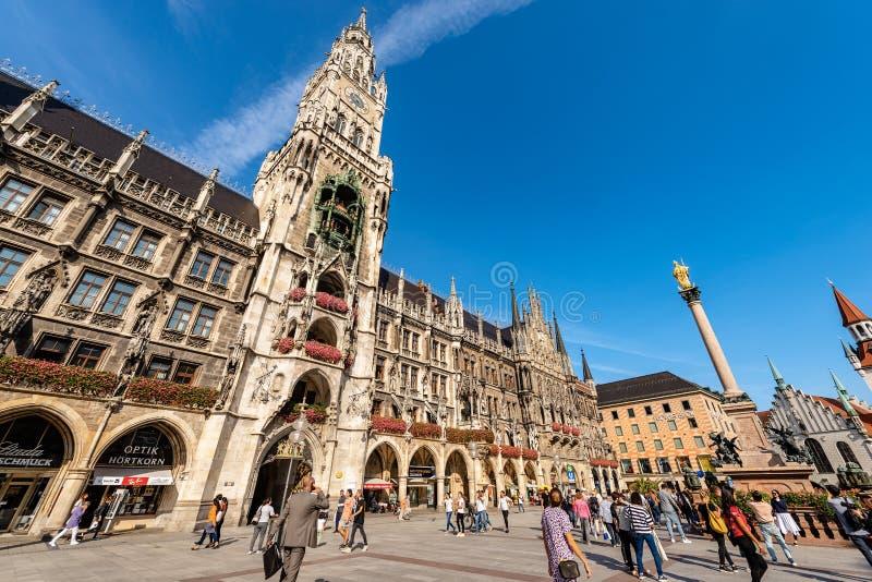Neues Rathaus, Mariensaule i Marienplatz - Monachium obrazy stock
